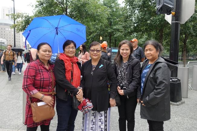 菲律賓華裔林氏一家人到場追悼逝去的親人。(記者金春香/攝影)