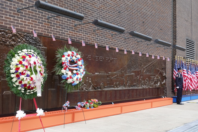 悼念活動現場佈置了大花圈。(記者金春香/攝影)