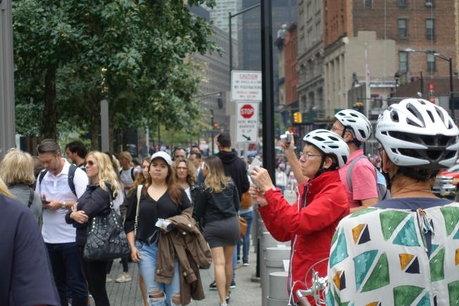 眾多民眾和遊客到九一一遺址附近參觀。(記者金春香/攝影)