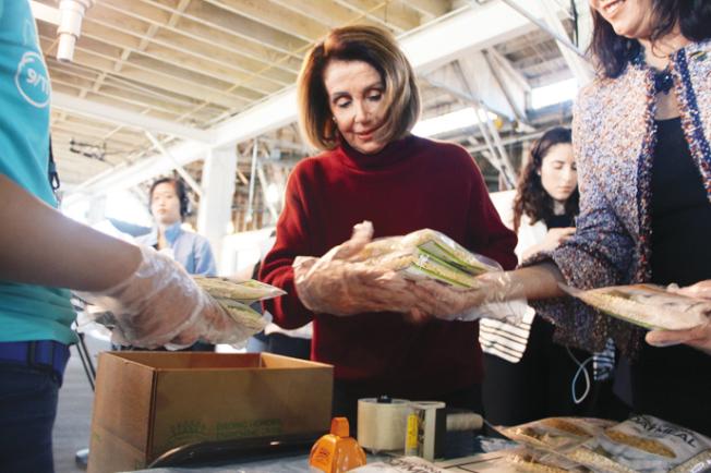 波洛西參與食物包裝活動。(記者李晗╱攝影)