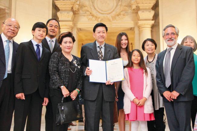 在舊金山華埠行醫45年的知名兒科醫師李家仁(Raymond Li)(中),9月11日在舊金山議會獲得市議員佩斯金(Aaron Peskin)(右二)的表彰。李家仁表示榮幸,也會依舊保持謙虛的態度。退休之後的李家仁將繼續幫助華裔社區,讓不同的醫療服務團體能夠有更良好的合作關係。(圖文:記者李晗)