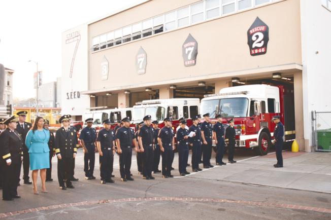 市長布里德(前排左二)、消防局長懷特(前排左一)和逾50消防員參加悼念儀式。(記者黃少華╱攝影)