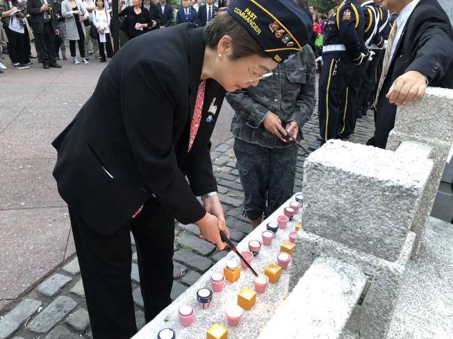 紐約華裔美國退伍軍人會舉辦九一一悼念儀式,現場點燃燭光致哀。(記者洪群超/攝影)
