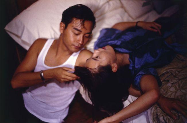 張國榮(左)在《阿飛正傳》與張曼玉(右)拍親密纏綿戲,吃足苦頭。(取材自豆瓣電影)