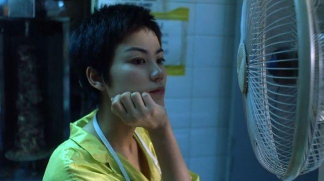 美貌不減的平頭女星 王菲在《重慶森林》中的經典短髮。(取材自豆瓣電影)