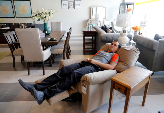 瑞典一項在家具賣場的研究,帥哥店員有助提高男性顧客消費額。(路透)