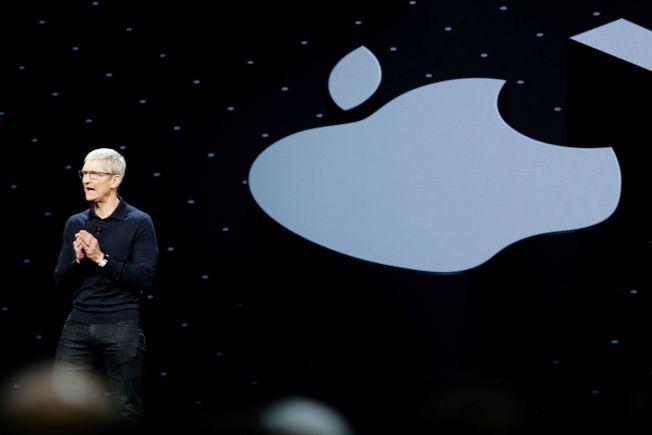 蘋果執行長庫克12日宣布新產品,各界屏息關注。(路透)