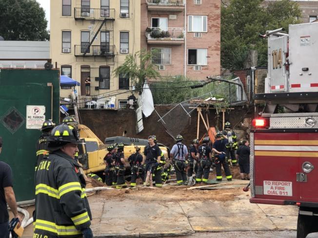 上百消防員冒雨搶救,被壓工人仍在險境。(記者洪群超/攝影)