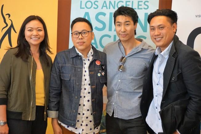 好萊塢電影「瘋狂亞洲富豪」導演朱浩偉(右一)為確保劇本更符合亞洲本地民情,特別找來馬來西亞出生的電視編劇Adele Lim(左一)加入製作團隊,圖為全片部分演職員合影。(記者馬雲/攝影)