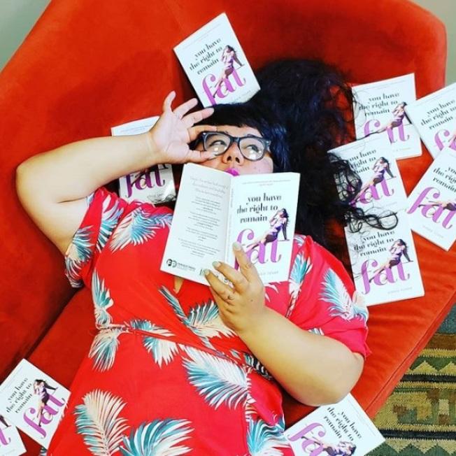 美國拉丁裔的維姬‧托瓦撰書《你有權維持胖體態》,討論常見的「肥胖恐懼症」。(取材自Instagram)