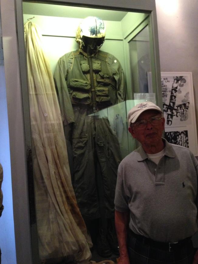 戰俘營展出當年馬侃的飛行裝。