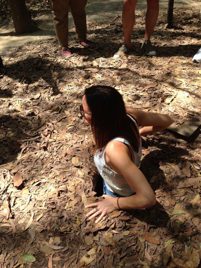 當年越共挖掘的坑洞,只能容一個人出入。