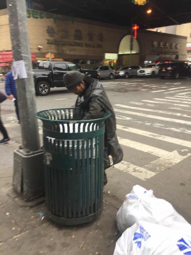 林朝掌每天在東方商場附近流浪,翻垃圾撿食物。(林朝掌鄉親提供)