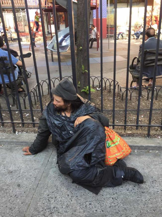妹妹遇害後,肩負重債的林朝掌精神分裂, 流浪在華埠街頭。(林朝掌鄉親提供)