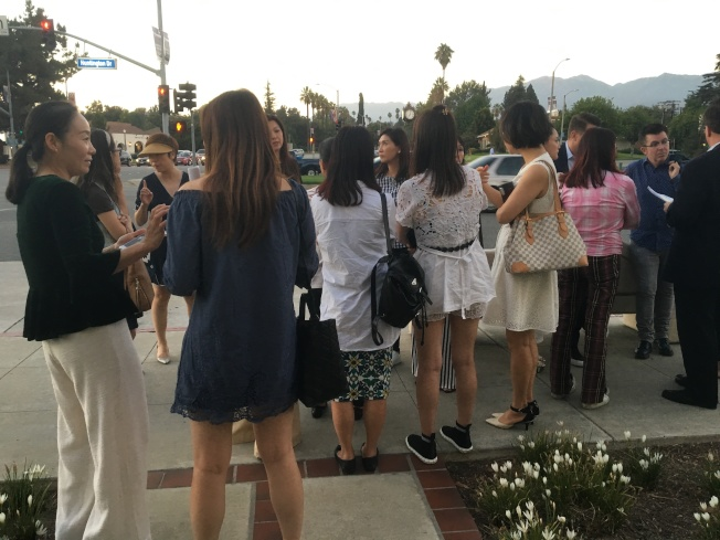 十多位華裔居民出席聽證會,用行動支持重建豪宅。(記者謝雨珊╱攝影)