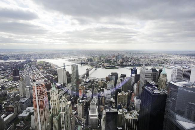 最新人口普查資料顯示,美國家庭收入中位數攀新高,連續第三年增加,失業率創新低。圖為紐約市曼哈頓金融區。 (美聯社)