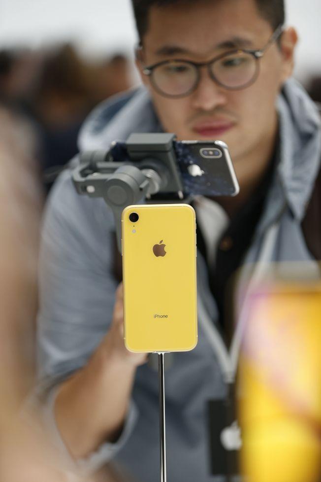 蘋果在加州總部推出最新手機,吸引各方果粉。(路透)