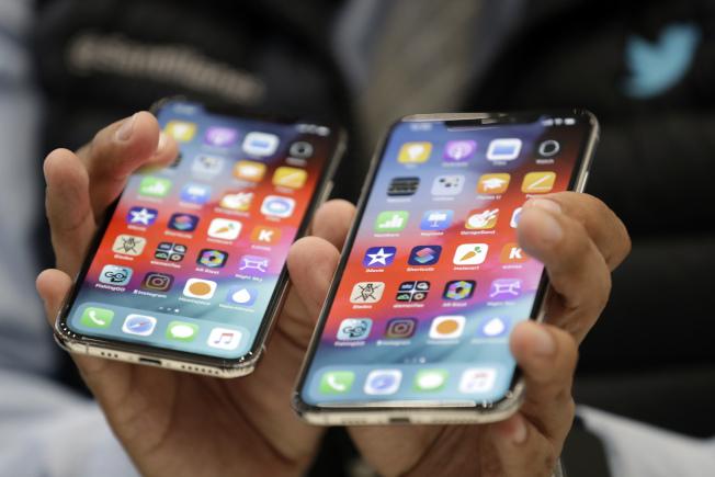 蘋果12日推出新款蘋果手機XS(左)與XS Max(右)。(美聯社)