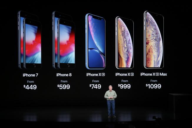 蘋果在加州總部推出最新手機,有螢幕大、音量大、價錢高的三大特點。起價從749元到1099元。(路透)