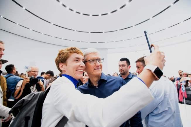蘋果執行長庫克12日出席新手機發表會,受到蘋果愛用者簇擁歡迎。(Getty Images)