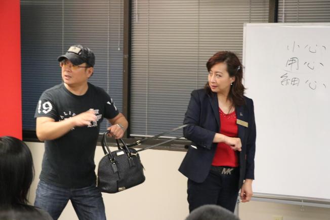 Hunter(左)正指導女性民眾,如果遇到皮包搶匪時,他的因應之道。(記者封昌明/攝影)