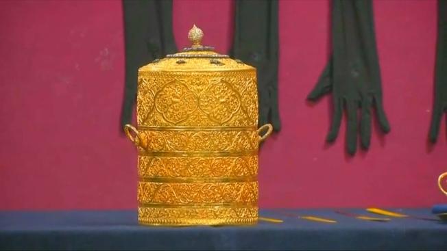 印度兩名竊賊偷走一個曾由王室使用的黃金便當盒,據傳市值高達千萬美元,最終警方循線逮捕嫌犯,順利奪回古董。路透