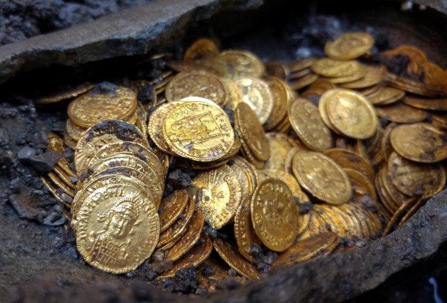 義大利工人在米蘭以北城市科莫一座劇院遺址意外挖到寶,找到約300枚羅馬帝國時期金幣,價值可能高達好幾百萬美元。路透