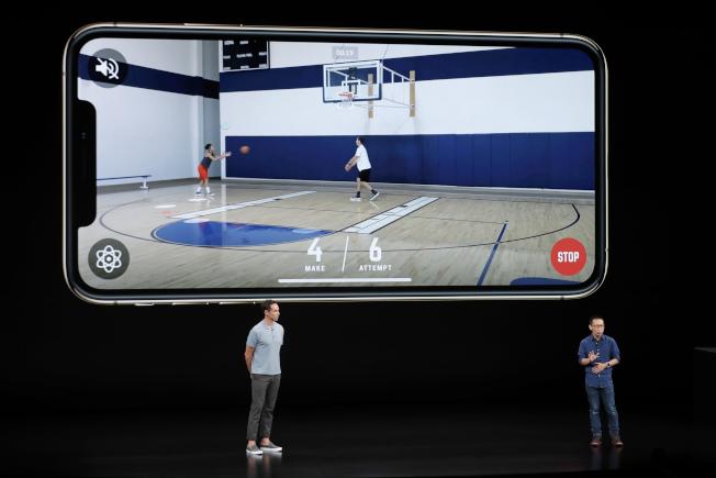 港青李景輝(右)和NBA球星奈許(左)登上蘋果發布會,介紹「HomeCourt」App的妙用。(美聯社)