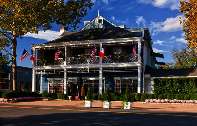 維州華盛頓鎮的The Inn at Little Washington,由主廚Patrick O'Connell租下修車廠起家,如今已發展成五星級酒店兼餐廳。(米其林指南)