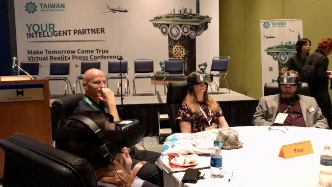 台灣業者在IMTS大秀「智」造力,運用虛擬實境VR體驗介紹台灣機械及工具機最新發展及亮點產品。(記者董宇/攝影)