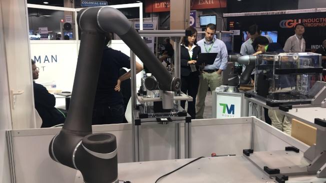 達明機器人讓生產更自動化及可視化,首創內建視覺的協作型機器人。(記者董宇/攝影)