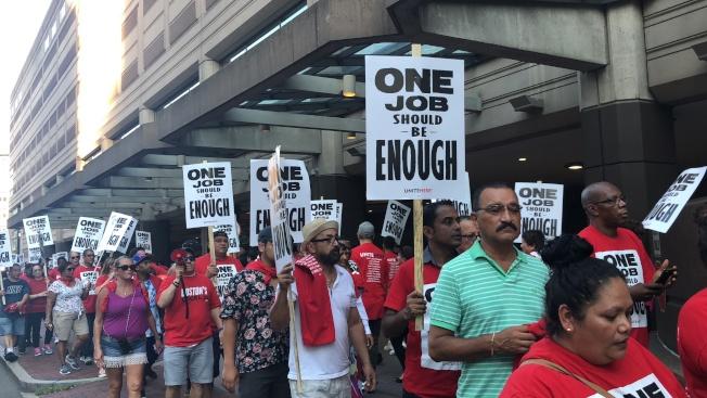 萬豪集團旗下波士頓八家酒店逾千名員工在工會投票同意罷工。圖為早前工友遊行抗議現場。(記者劉晨懿之╱攝影)