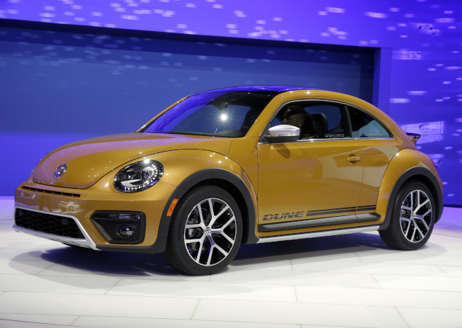 福斯汽車公司宣布金龜車將停產。圖為2017洛杉磯汽車大展上展示的新型金龜車。(美聯社)