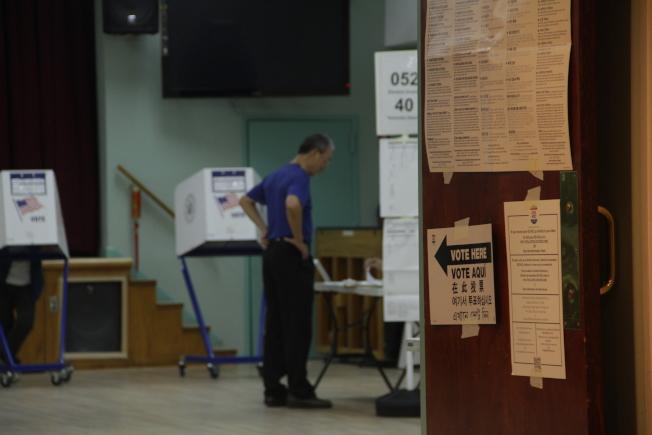 華裔選民下班後至投票所投票。(記者賴蕙榆/攝影)