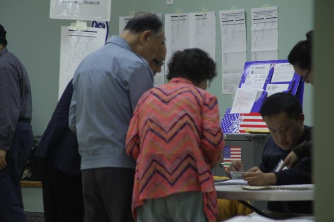 許多選民一早就前往投票。(記者賴蕙榆/攝影)