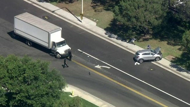 一輛休旅車在爾灣違規轉彎被貨車攔腰撞上,兩名老婦喪生。(KTLA電視台)
