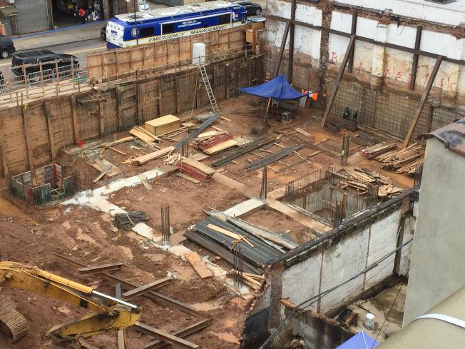 牆體坍塌時,多名工人逃至安全地點。(記者顏潔恩/攝影)