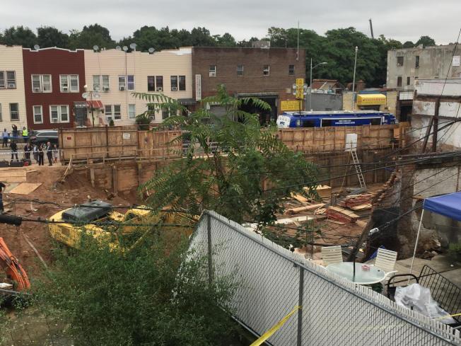部分白牆與鋼鐵往建築工地方向倒塌。(記者顏潔恩/攝影)