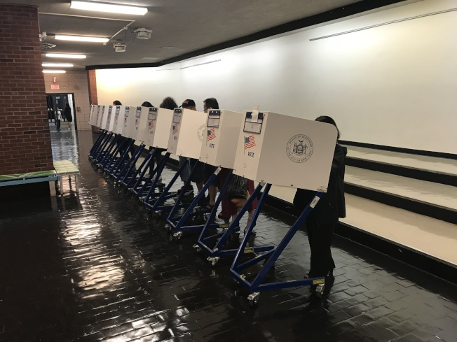 孫逸仙中學投票站的投票人數預計將接近1000人。(記者和釗宇/攝影)