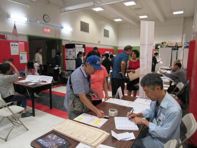今年因大麻合法化、廢特殊高中入學考試等公共議題的發酵,前往投票的選民特別多。(記者顏嘉瑩/攝影)