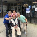 坐輪椅也要投 97歲華翁用選票發聲