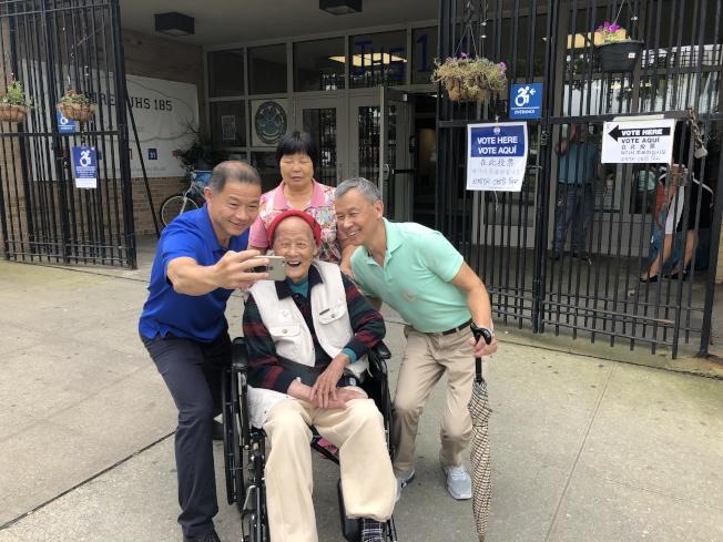 劉醇逸(左)與97歲耆老李永照(中)及其家人自拍合影。(記者陳小寧/攝影)
