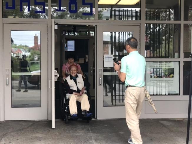 97歲耆老李永照13日上午參加投票,家人為他拍照留念。(記者陳小寧/攝影)