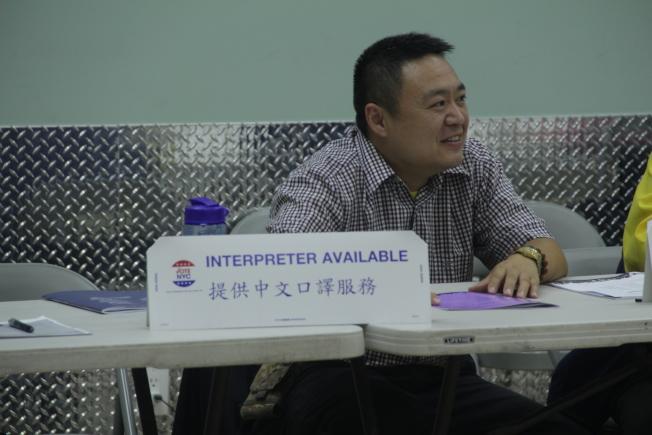 投票所提供中文口譯服務。(記者賴蕙榆/攝影)