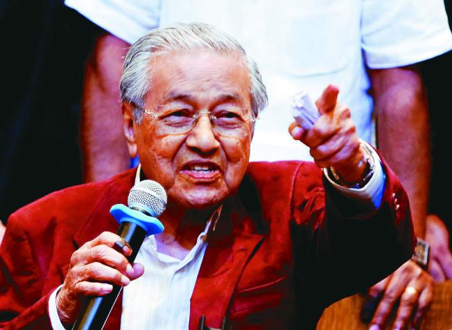 馬來西亞總理馬哈迪說,馬來人會輸給華人都是因為太懶惰了。(路透)