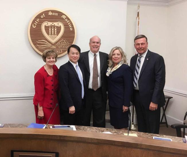 聖瑪利諾市議會中兩位女議員被要求迴避,僅有一名市議員Ken Ude(右一)贊成改建。(記者李雪/攝影)