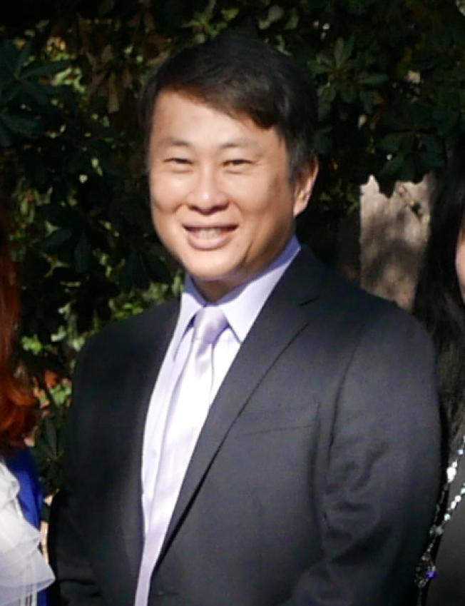 華裔市議員黃文谷希望屋主理解聖瑪利諾市保護老舊房屋的傳統。(記者李雪/攝影)