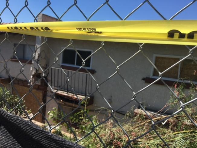 失控寶馬撞飛公寓牆墩,撞入公寓,現場兩死一重傷一輕傷。(記者楊青/攝影)