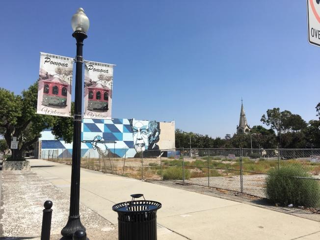 波莫那市擬在市中心位於2街與Main街交匯處的空置廣場,開發新影劇院。(記者啟鉻/攝影)