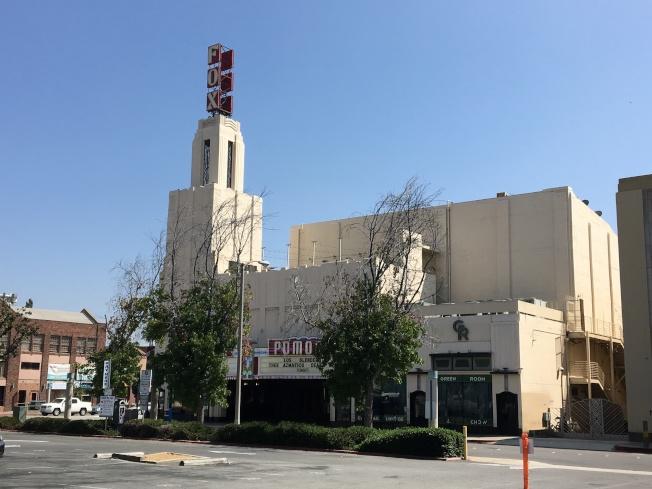波莫那市中心現有一個以FOX命名影劇院,設施老舊。(記者啟鉻/攝影)